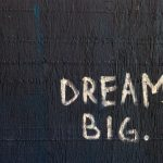 "Message ""Dream big"" (rêver grand) écrit sur un fond noir"